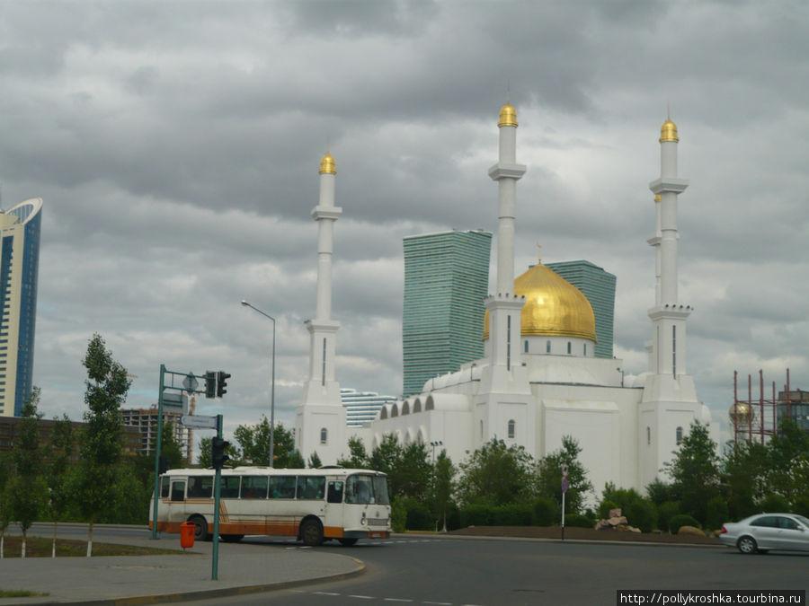 Следующая большая остановка — Астана (в переводе — столица), в прошлом Целиноград и Акмола (Белая могила).