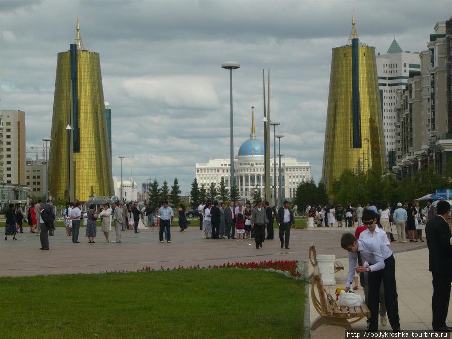 Президентский дворец, а перед ним два