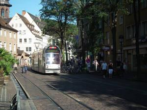 Опять трамвай. С тех пор, как познакомилась с Владом, все время трамваи фотографирую. Прямо маньячкой железных дорог становлюсь :)