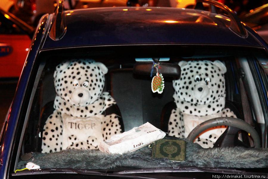Особенность местной моды на чехлы автомобилей. У каждого второго таксиста  подголовники либо собачки, уточки, мишки и т.д. и на приборной панели обязательно шерстка искусственного меха. Коран видела редко, но в данном авто ездит истинно верующий.