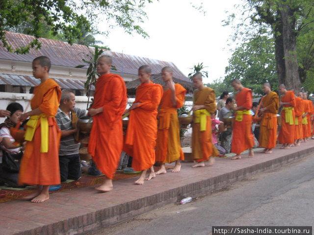Монахи медленно идут стройной шеренгой, один за другим. Каждому накладывают по чуть-чуть риса в специальный сосуд для сбора пожертвований (патра). Это один из немногих предметов который может быть в собственности монаха.