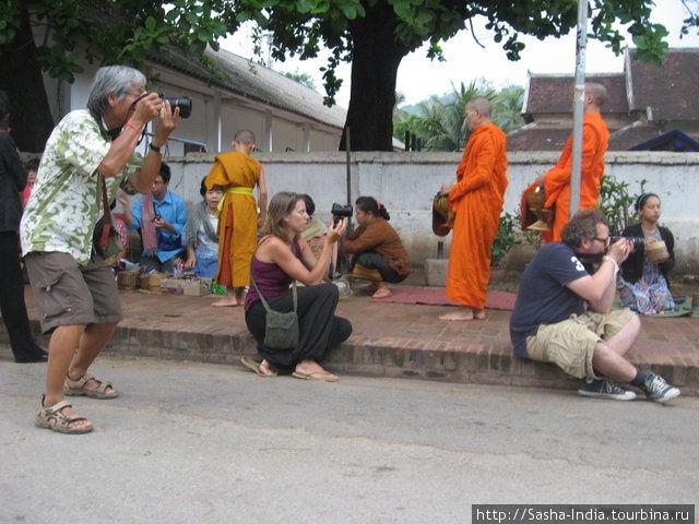 Везде висят плакаты с просьбой  держаться от монахов  на почтительном растоянии, но это мало помогает.