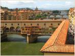 Расчудесный вид на Арно и Понте Веккио (старый мост) из окна галереи Уффици. Над домиками моста расположен коридор Вазари, построенный для Козимо Медичи, чтобы тот мог шнырять из Палаццо Веккио во дворец Питти на другом берегу!