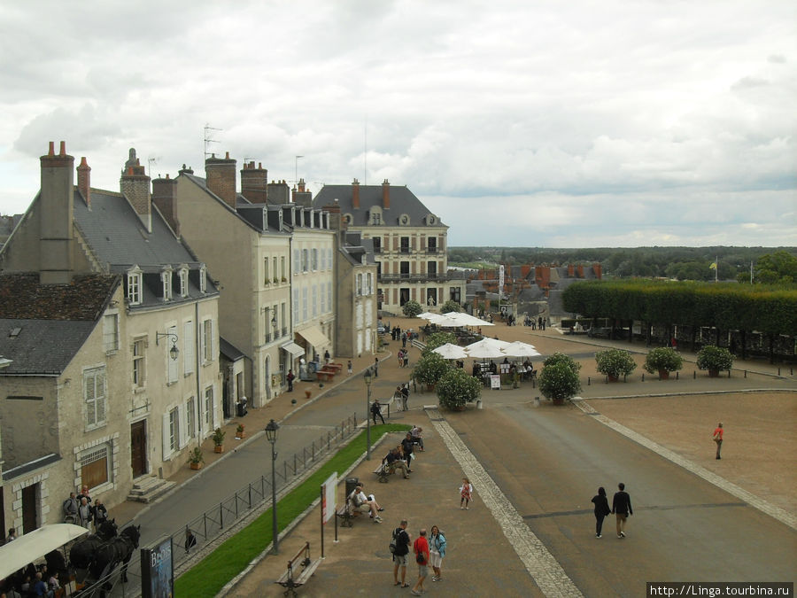 Вид из замка Блуа на площадь.