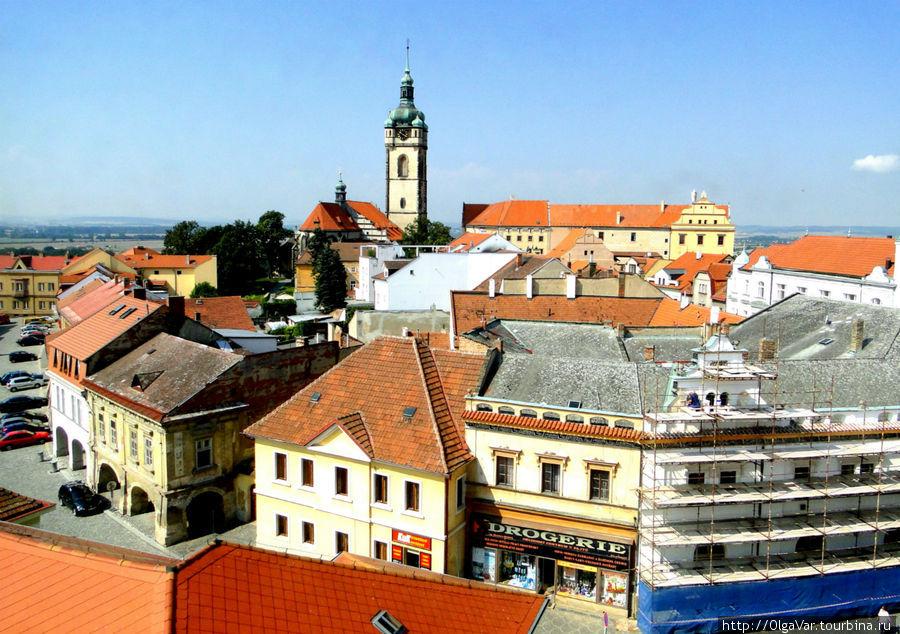 Самое высокое здание города — Башня костела святых Петра и Павла  с зеленоватым луковичным куполом, которую  видно со всех сторон