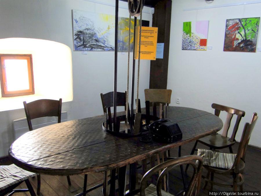 В Пражской башне ныне расположились галерея совеременных картин и кафетерий, скорее похожий на музей ретро-мебели