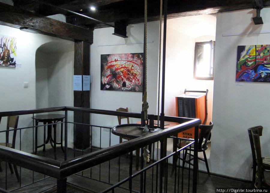 Заказ подается наверх на подъемной столике