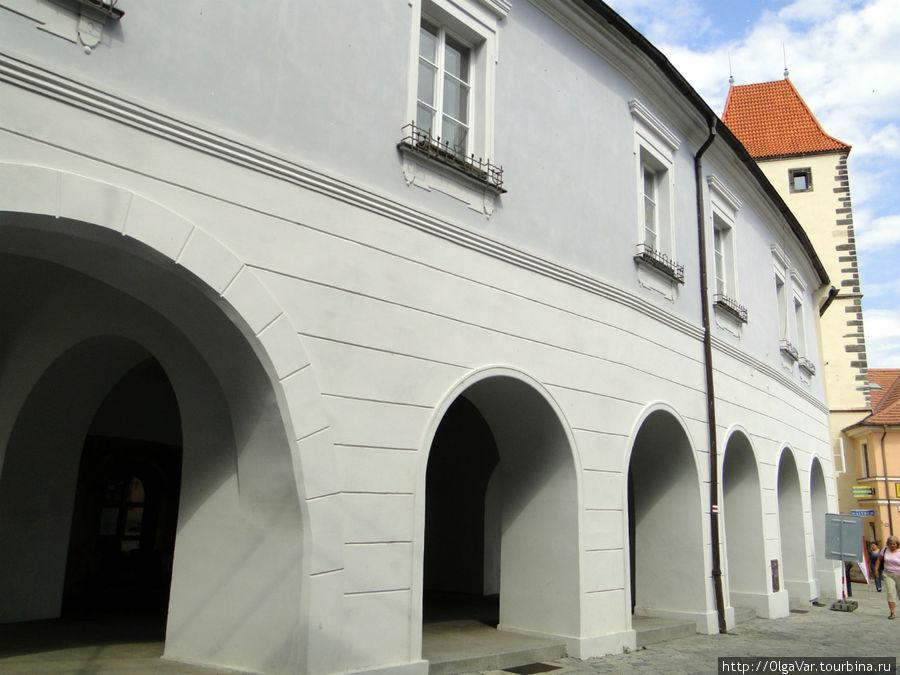 Сразу за Пражскими воротами начинается аркада дома