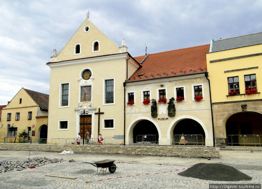 Костел четырнадцати святых помощников и бывший капуцинский монастырь