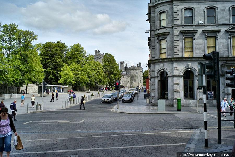 Площадь с видом на замок Килкенни. Прямо, улица The Parade, за спиной High street.