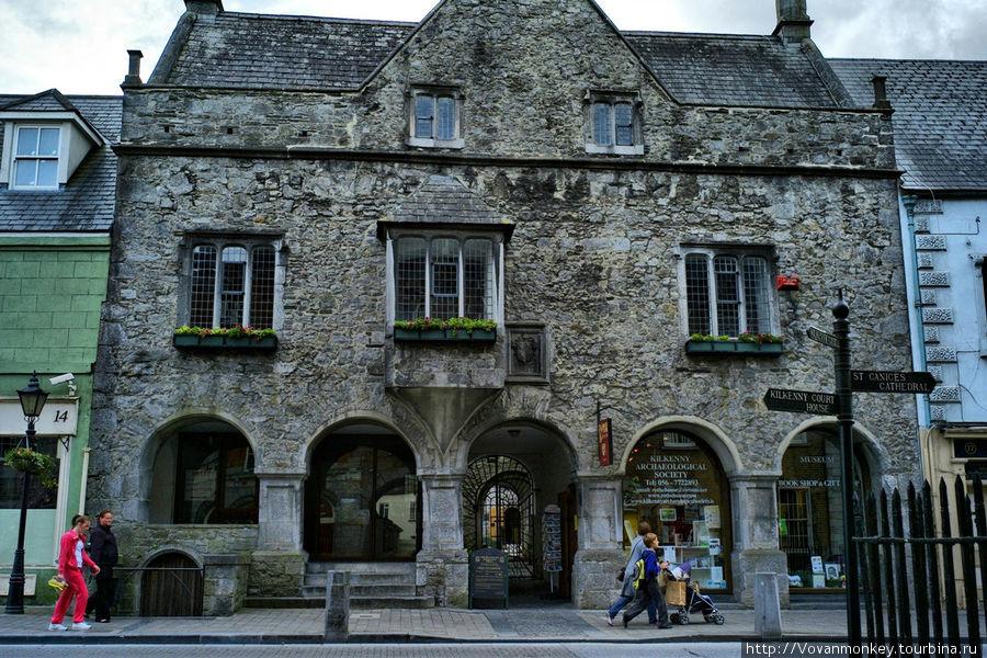Rothe House — дом богатой купеческой семьи, а ныне музей города.