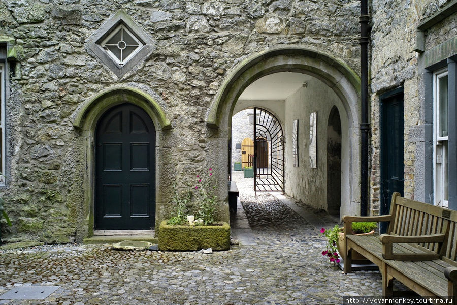 Самый растиражированный ракурс, связанный с Килкенни. На всех открытках и проспектах.  Внутри Rothe House. Вход во внутренний двор и сад.