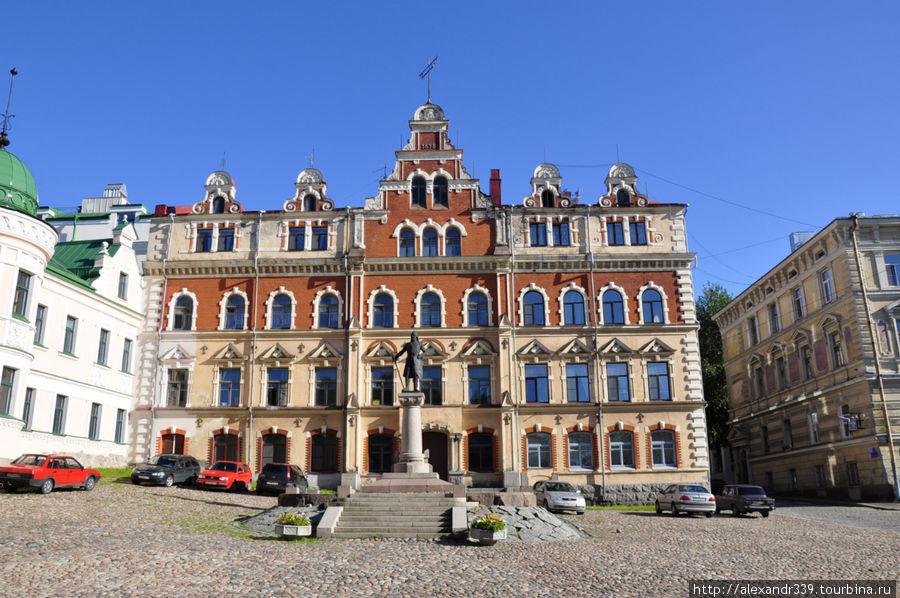 Ратуша (не первая), она же бывший историко-этнографический музей.