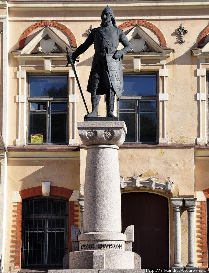Первый памятник Выборга — установленный в 1908 году на площади Старой Ратуши монумент основателю города Торгильсу Кнутссону.