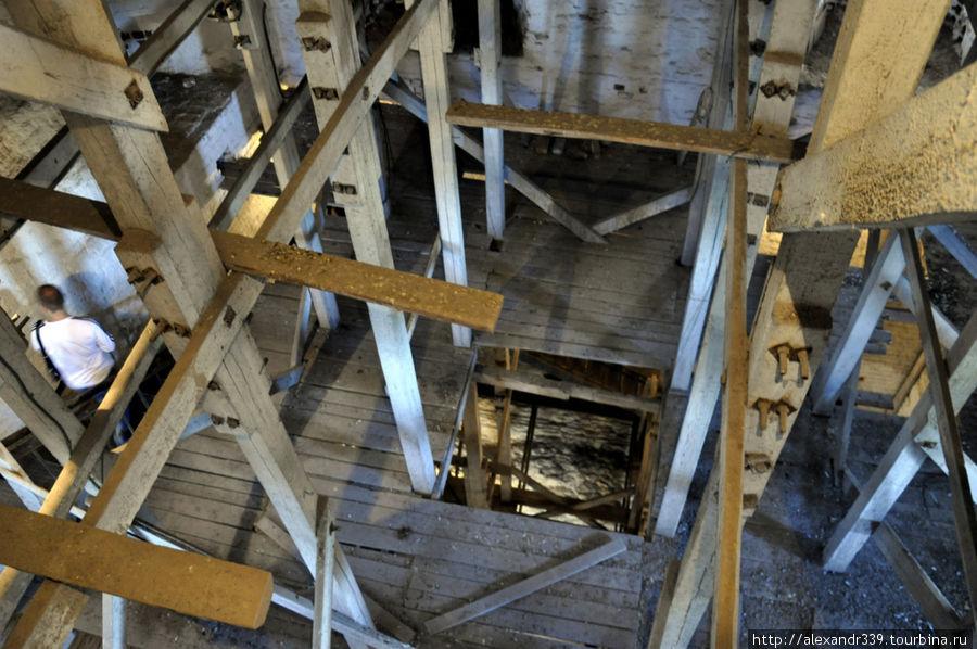 Лет 30 назад в башне небыло деревянной конструкции. Сверху от купола можно было видеть все внутреннее пространство башни. Ощущения были совсем другие, нежели теперь.