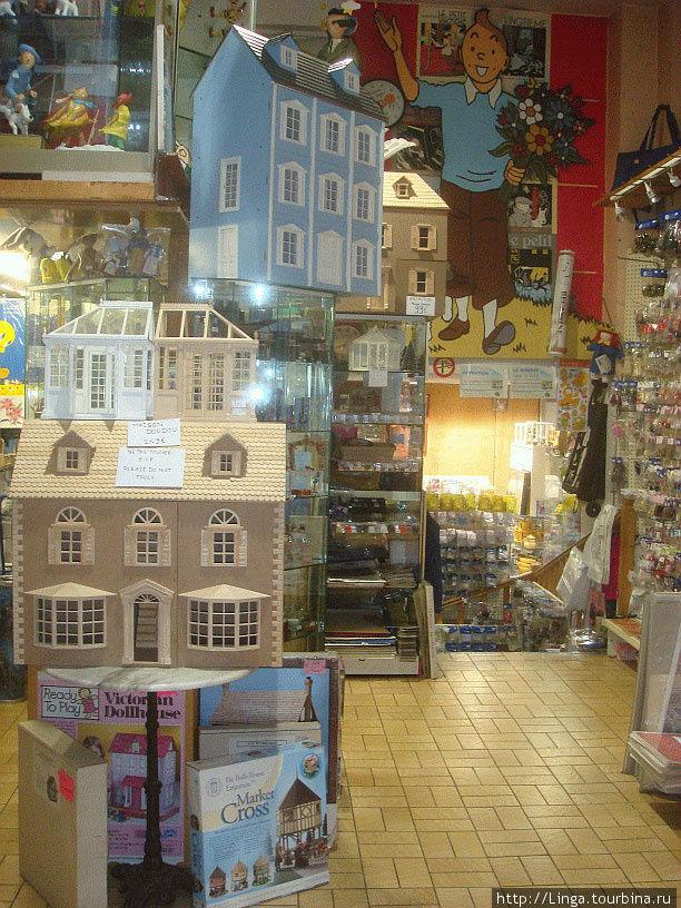 Магазин размещается на 2 этажах. Прямо под изображением Тантена спуск в полуподвальный этаж.