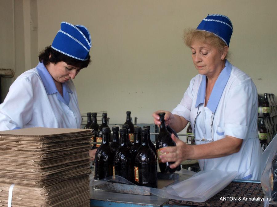 Суздальский медоваренный завод. Работницы упаковывают уже готовые бутылки с медовухой.
