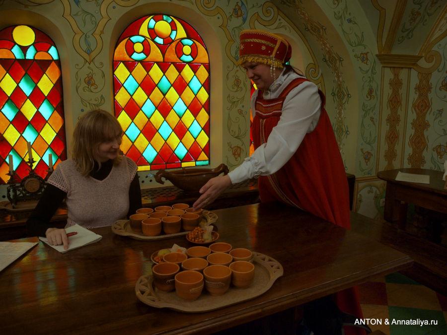 В Дегустационном зале во время дегустации медовухи.