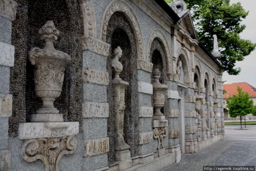 Ограда декорирована в довольно эклектичном стиле