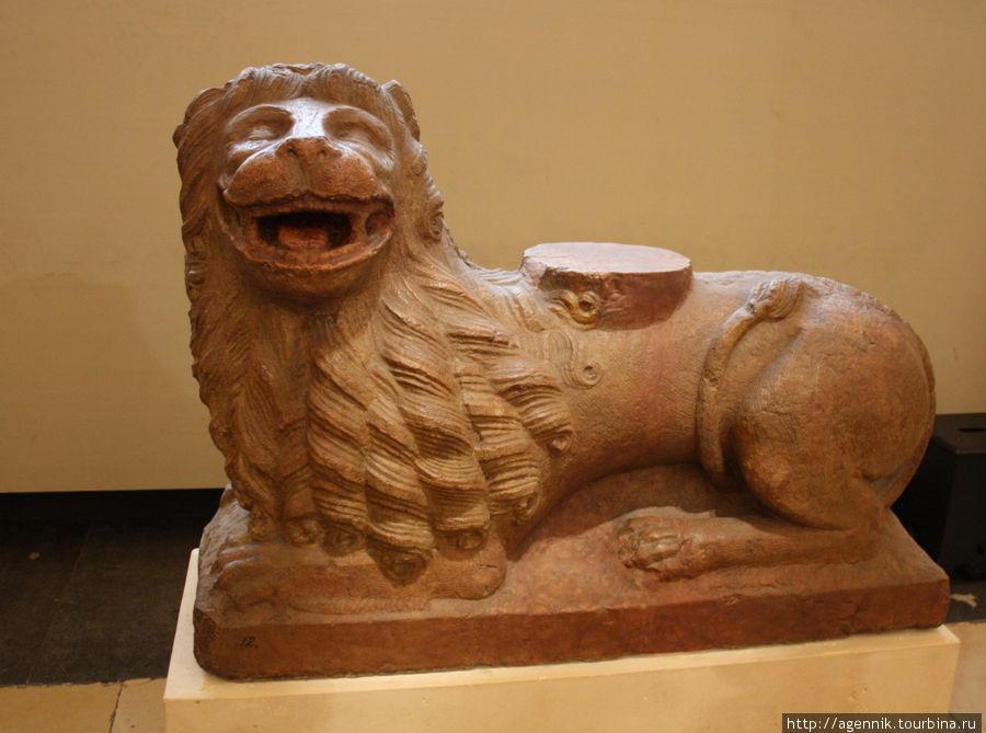 Из какого-то языческого храма- но уже лев (символ Мюнхена)