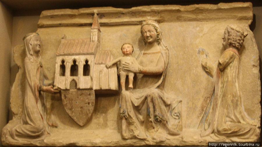 Барельеф с изображением жертвователя на храм