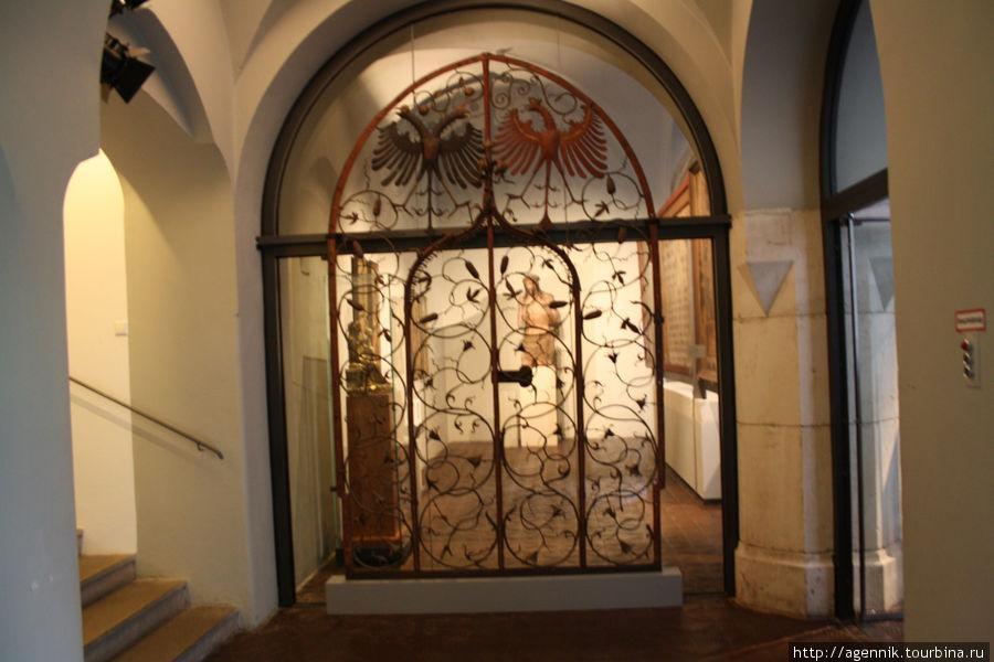 Гербы империй Габсбургов и Гогенцоллеров на одних воротах