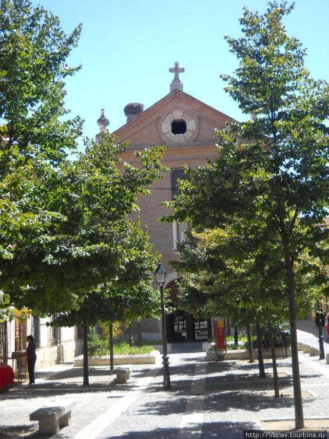 Церковь с прилегающей площади