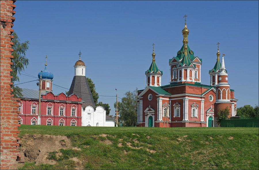 Успенская церковь и Крест