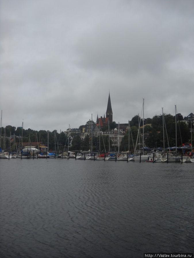 Вид на церковь с стороны залива