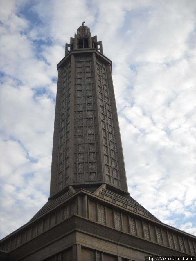 Колокольня церкви разве что облака не протыкает...