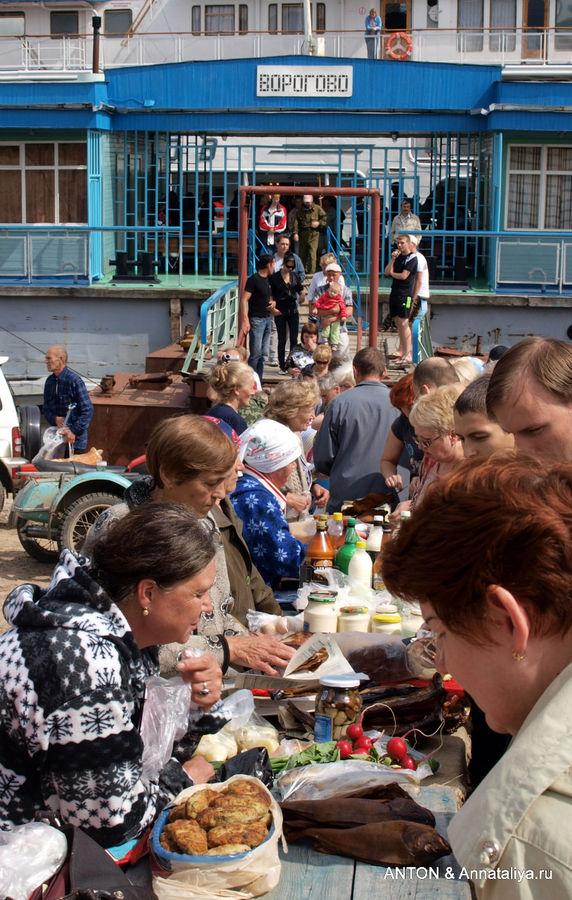 Рынок у пристани в селе Ворогово.