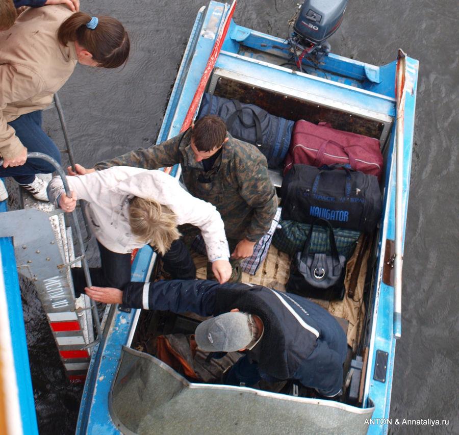 Выгрузка пассажиров теплохода прямо в моторные лодки в селе Верещагино — пристани там нет.