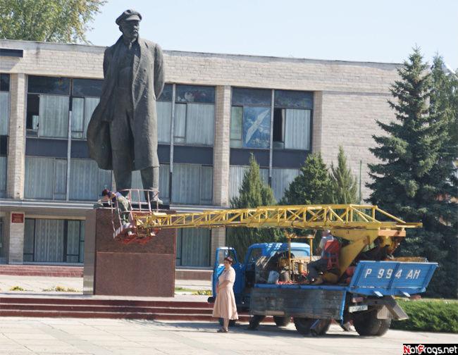 Памятник тоже готовят к празднику