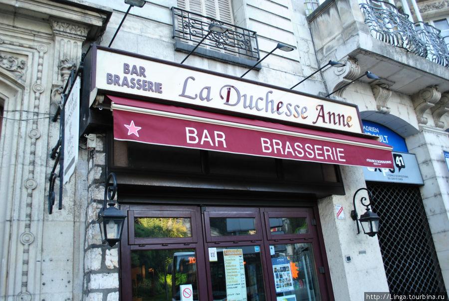 На дверях написаны цены: сэндвичи с ветчиной, паштетом, гусиной печенкой, сосиками, сосисками с сыром — по 3,5 евро, хот-дог, крок-месье — по 5 евро.