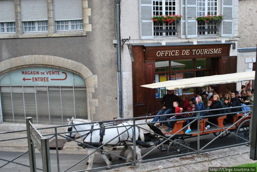Если выйти из замка, слева будет лестница (рядом с офисом по туризму), по ней надо спуститься, чтобы оказаться около