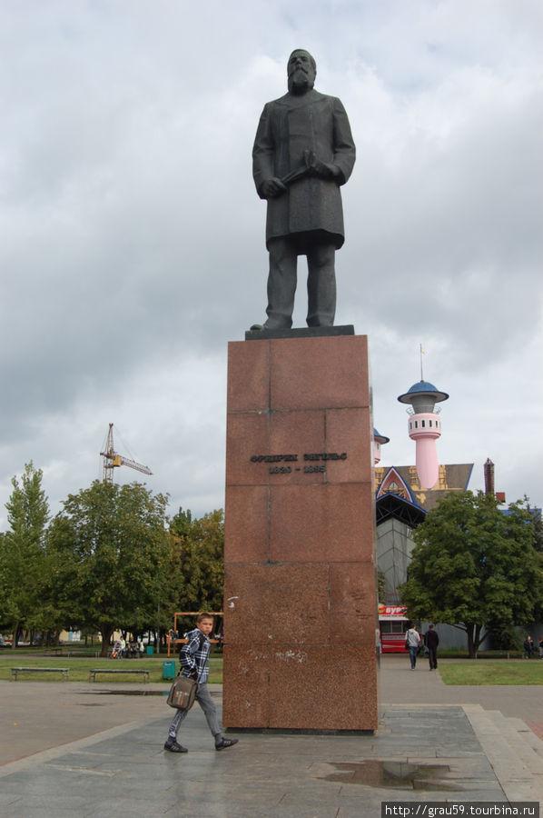 Памятник Ф. Энгельсу Энгельс, Россия