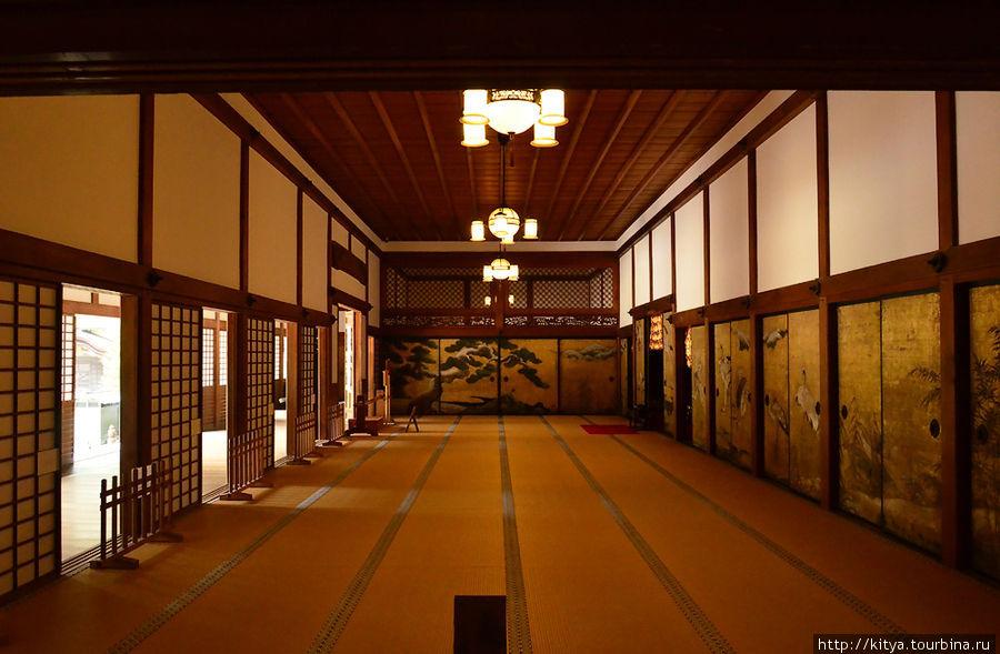 Один из залов (кажется, именно здесь в дальнем конце самоубился кто-то из Тоётоми)