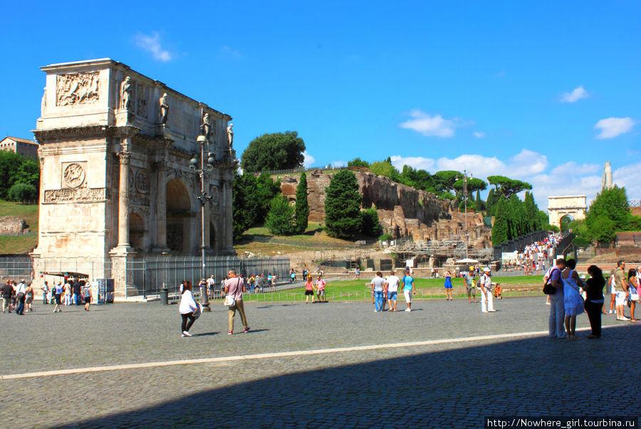 Две триумфальные арки: арка Константина (та, что ближе) и арка Тита (та, что вдали).