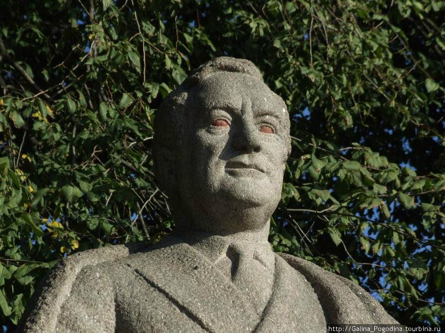 памятник Рузвельту немного отделали вандалы
