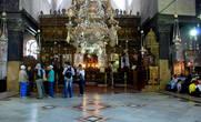 Над пещерой, где родился Иисус Христос расположена базилика Рождества Христова, построенная в 326 г.