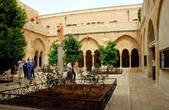 Двор перед входом в церквь Святой Екатерины францисканского монастыря, примыкающего с севера к Храму.
