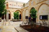 Двор перед входом в церквь Святой Екатерины францисканского монастыря, примыкающего с севера к Базилике.