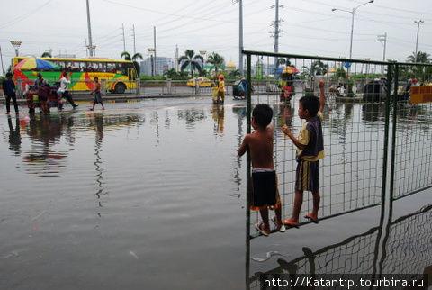 Манила после дождей. Новостные ленты в России в это время сообщают о наводнении в Маниле.