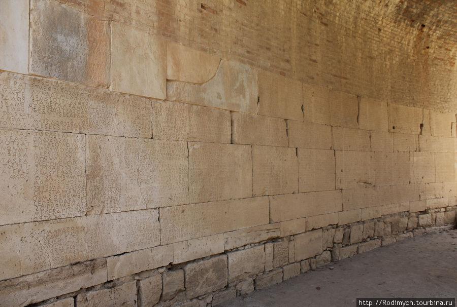Стена с древнеримскими законами