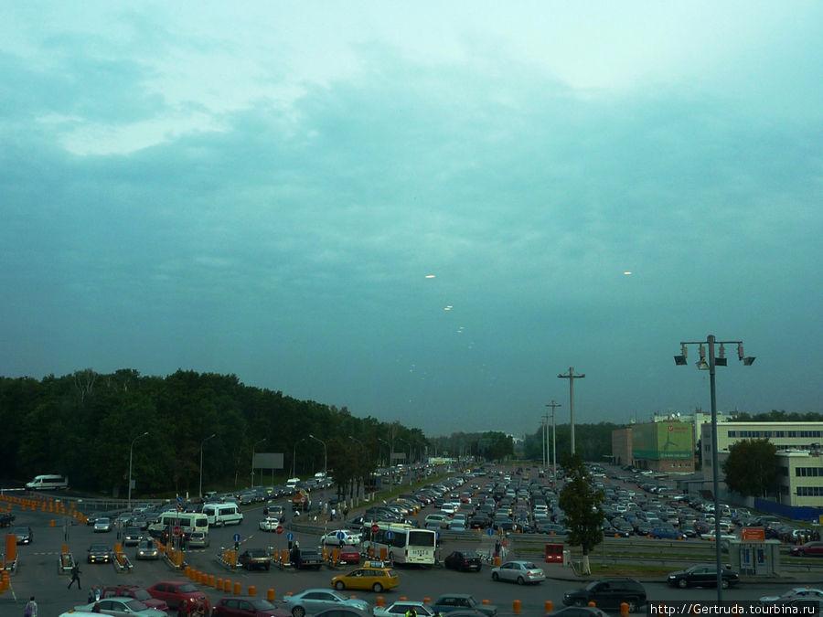 Вот такое скопление автомобилей рано утром — вид из окна