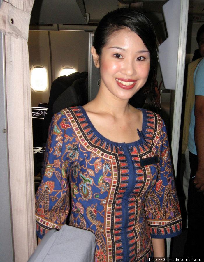 Одна из стюардесс  Сингапурских авиалиний в национальном платье