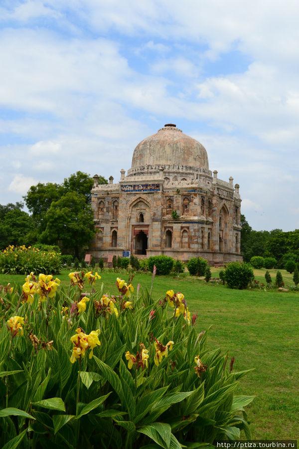 Сад Лоди. Аккуратный парк площадью 360 квадратных метров оберегаемый индийским археологическим обществом за старинные мавзолеи династии Сеид и Лоди (самая ранняя гробница датируется 1444 годом),  мечети Шиш и Бара Гумбат,  а также каменный арочный мост «Аспула»