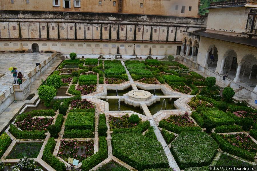 Сад в Амбер ,  укреплённой резиденции раджи Ман Сингха в одноимённом северном пригороде Джайпура,  на гребне скалистого холма позади озера Маота.