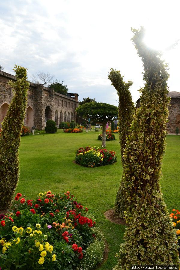 Сад в Шринагаре Нишат Багх( Весенний сад) — построен в 1633 г. Асаф Ханом,  братом Нур Джахан. Прекрасный вид на горный хребет Пир Панджал и озеро Дал.