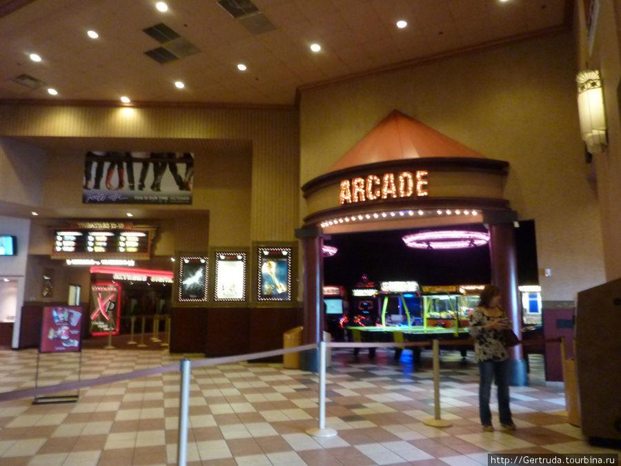 Часть вестибюля при  входе  в кинотеатр